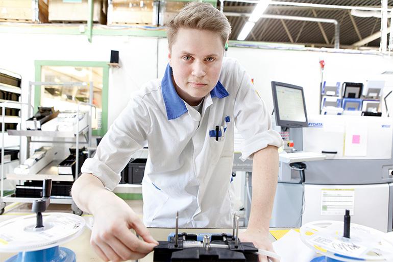 EEPAB-medarbetare jobbar med Volvos elektroniska säkerhetssystem