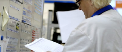 En EEPAB-medarbetare läser dokument